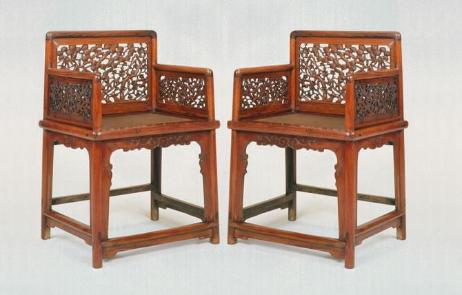 Antiguos sillones chinos tallados y calados en madera de olmo.