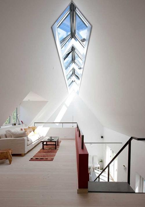 Una original claraboya, en un techo a dos aguas.