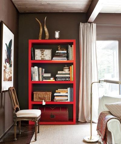 Una moderna estanteria lacada en color rojo.