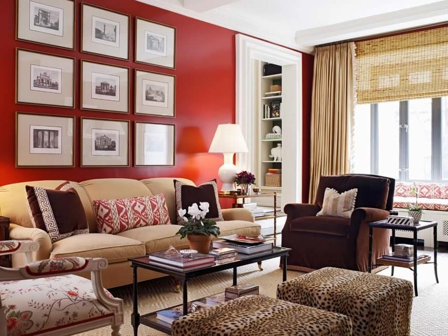 Un salón clásico con una imponente pared roja.