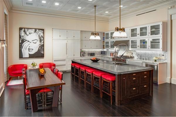 Una cocina con sus asientos tapizados en este cálido tono.