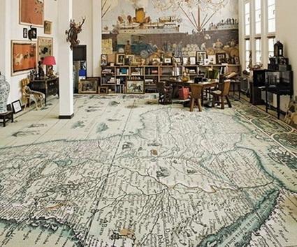 Un gran dibujo de un antiguo mapa, luce este suelo de lamas de madera.