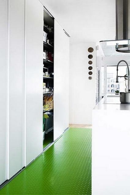 De caucho con circulos en relieve cubre el de esta cocina blanca.