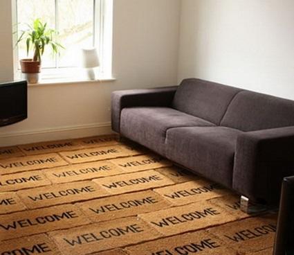 Un original suelo cubierto de alfombras de fibras naturales de bienvenida.