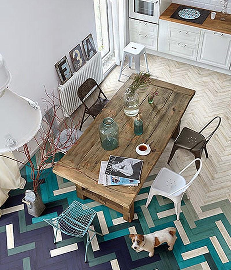 Una interesante combinación de lamas de madera natural y pintada.