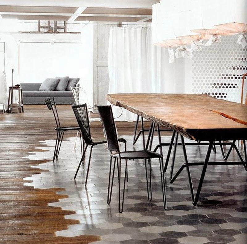 Una estética mezcla de madera y cerámica cubre el suelo de este apartamento.