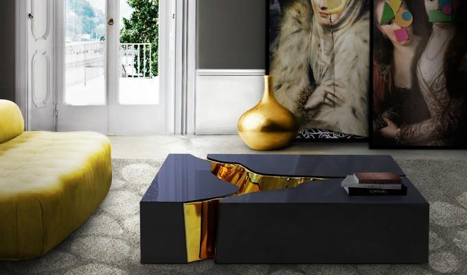 Una mesa de centro que combina el color negro y el oro, en un original diseño.