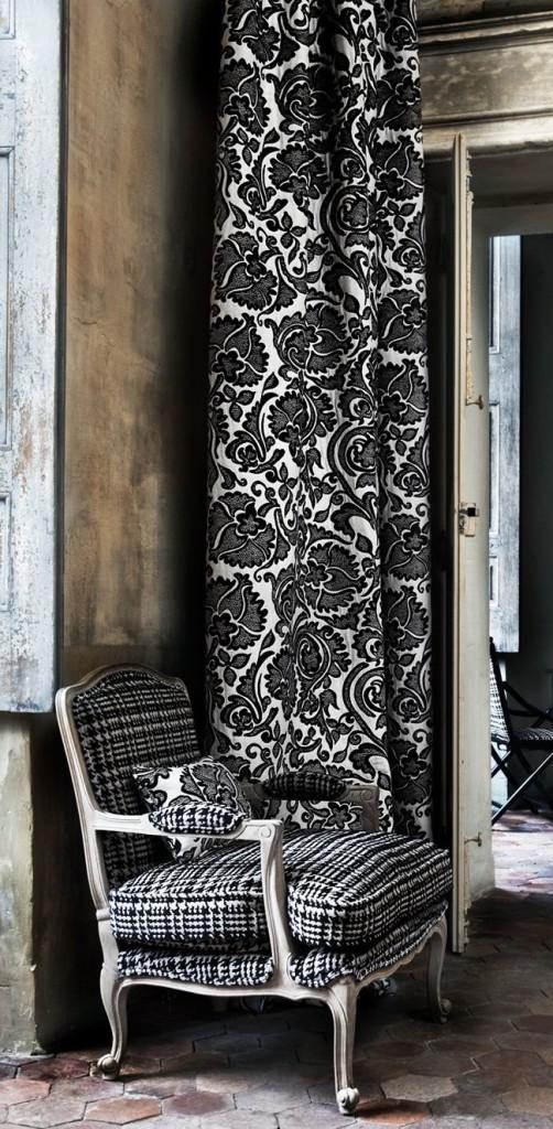 Las largas cortinas y la tapicería del sillón, como toque a contraste.
