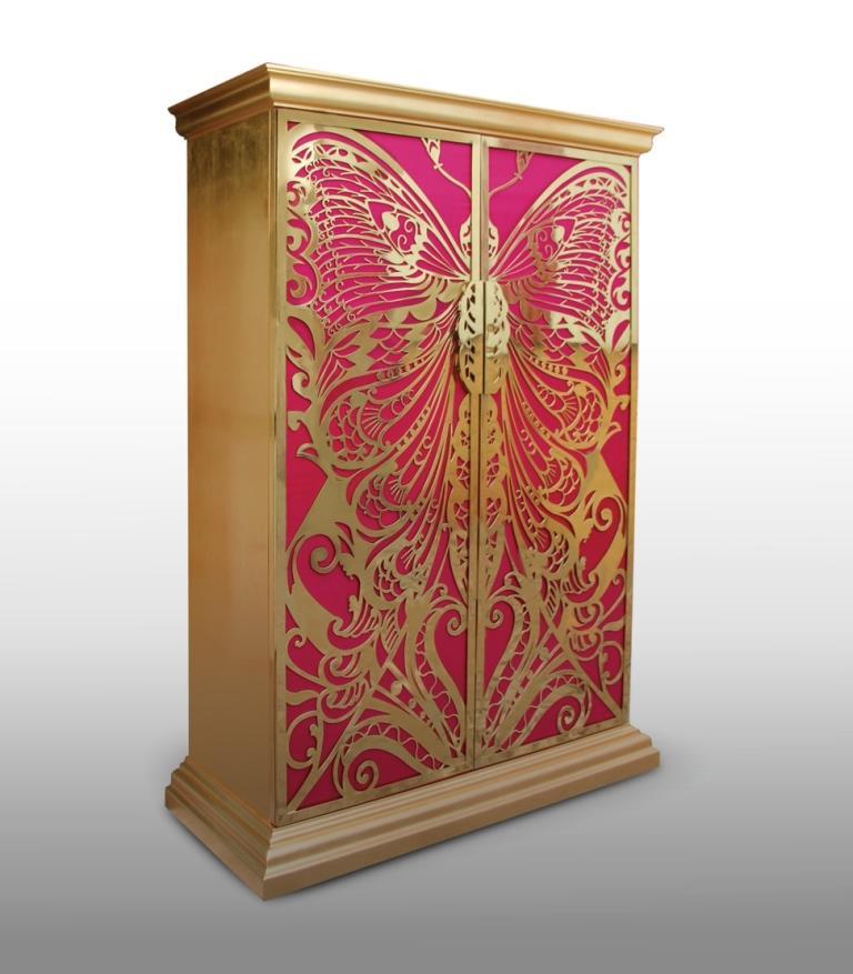 Este armario dorado y rosa con una gran mariposa se llama Mademoiselle.