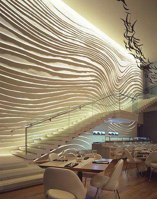 Una  pared con relieves es el punto de mira, de la decoración de este restaurante.