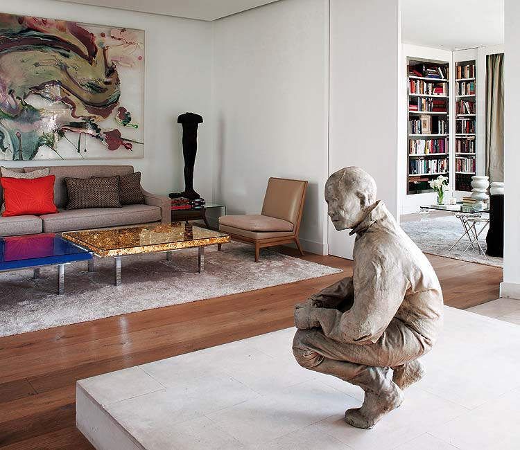 Piezas artísticas tanto esculturas como cuadros, en el salón.
