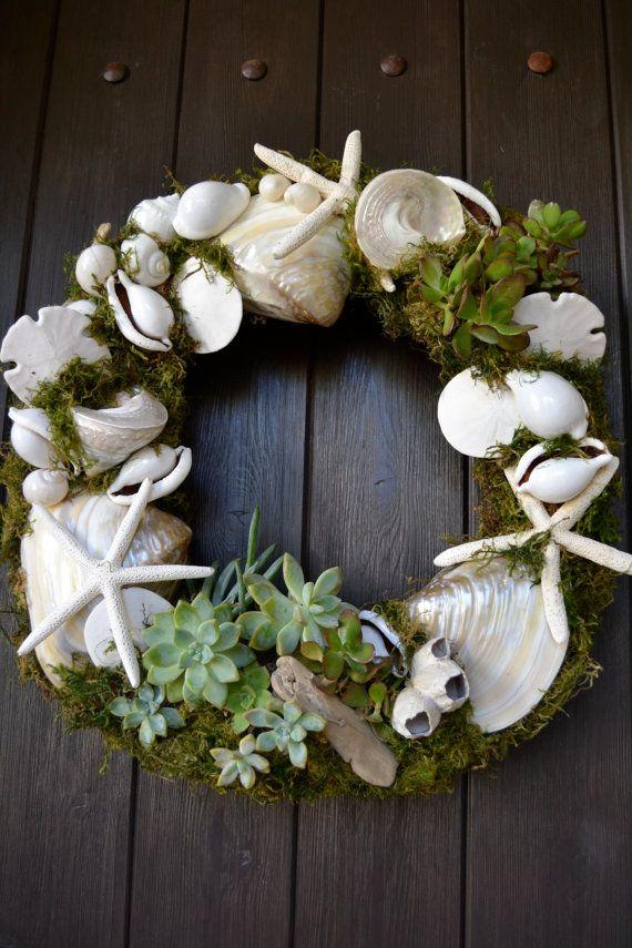 Corona navideña realizada con caracolas, estrellas de mar y conchas marinas.