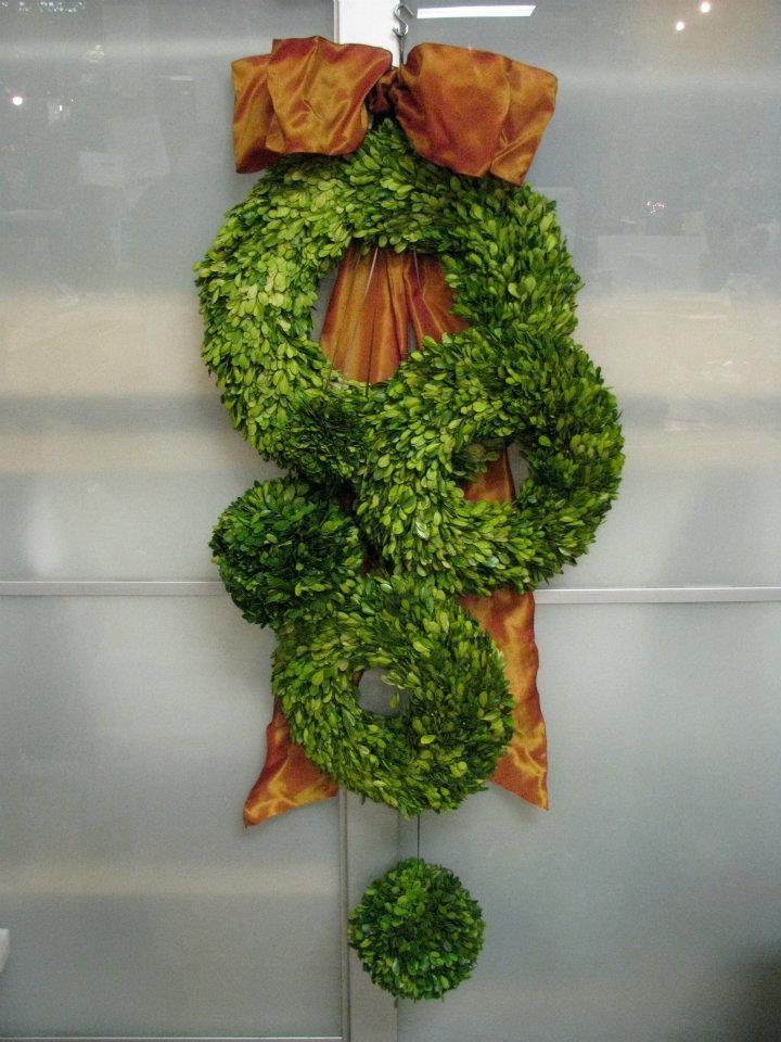 Un conjunto formado por tres coronas y dos bolas recubiertas de hojas de boj.