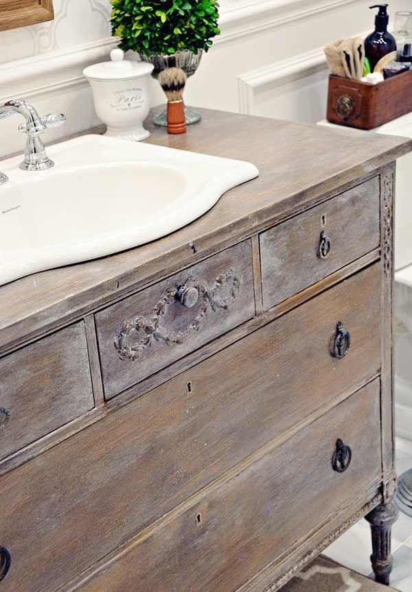 Una cómoda antigua, reutilizada como mueble para el lavamanos.
