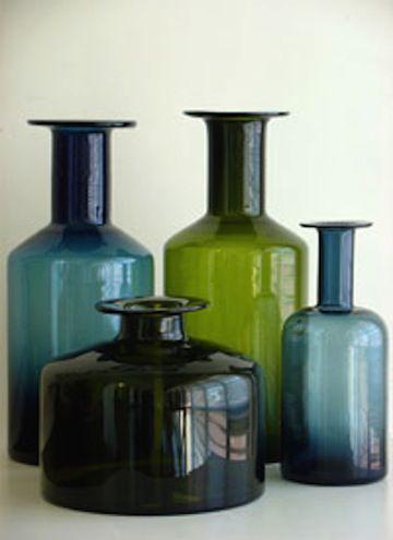 Una colección de botellas de cristal de colores de diferentes tamaños.