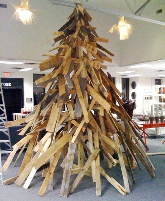 Toda una proeza arquitectónica, es fabricación con tablones de madera reciclada, de este árbol de navidad.