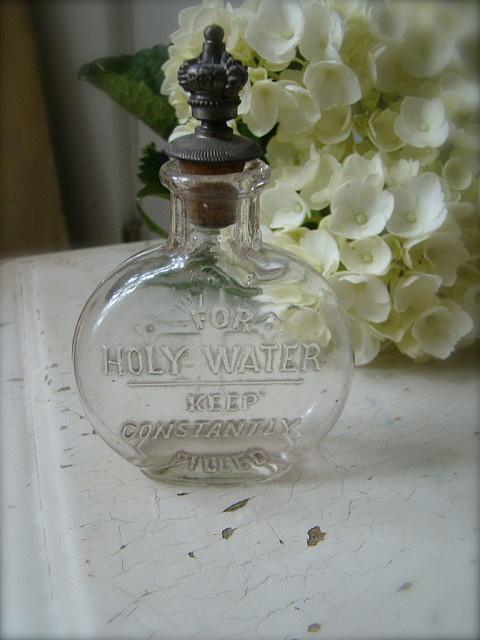 Una botella antigua para agua bendita, con tapón de bronce.