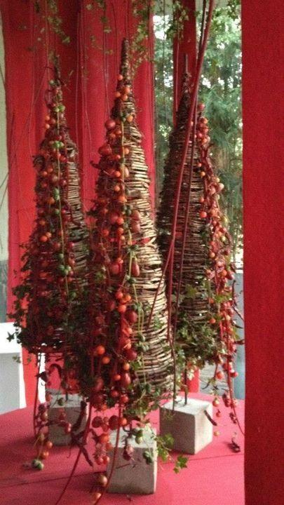 Una estructura de ramas formando un cono adornado sólo por un lado.