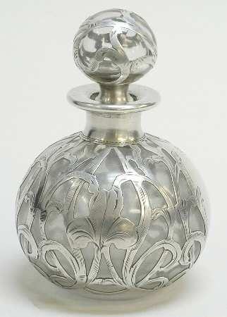 Un antiguo perfumero, realizado en cristal y filigrana de plata grabada.