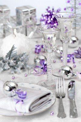 Toques de morado, en una mesa combinada totalmente, en colores blanco y plata