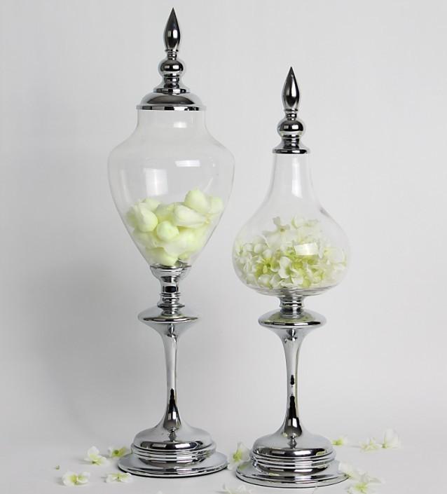 Elegantes bomboneras modernas fabricadas de metal cromado y cristal transparente.