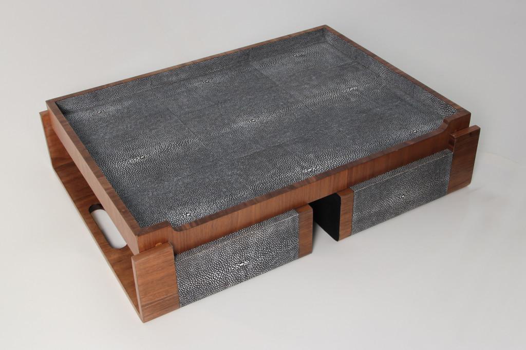 Bandeja de cama, que combina la madera con la piel de tiburón.