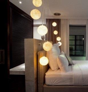 Un diseño de distintas luces colgantes, de un mismo punto del techo.