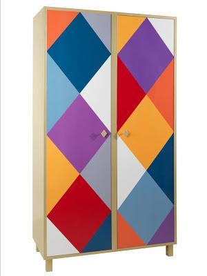 Un colorista armario de la firma de moda Moschino.
