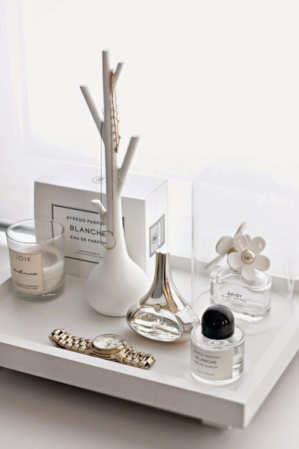 Sencilla bandeja de madera blanca, para adornar el cuarto de baño.
