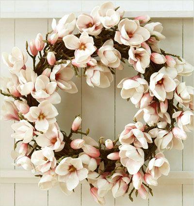 Una elegante corona de navidad, cubierta con magnolias.