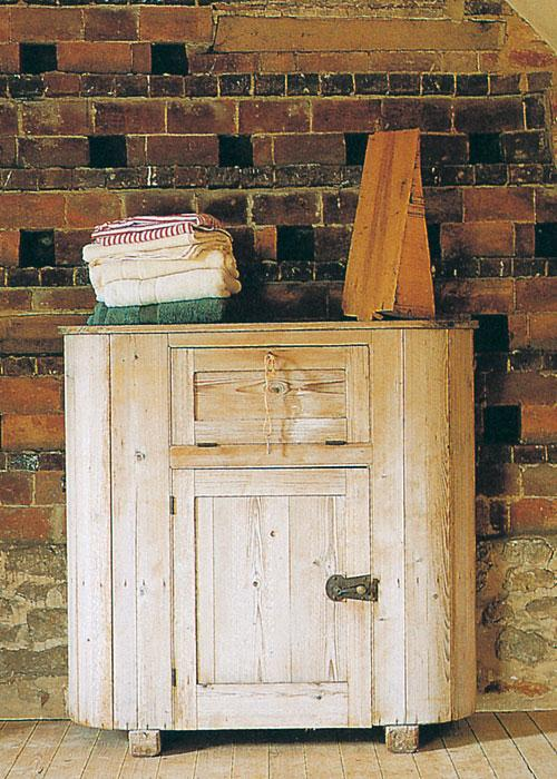 Un mueble antiguo, recuperado con acabado de madera lavada.