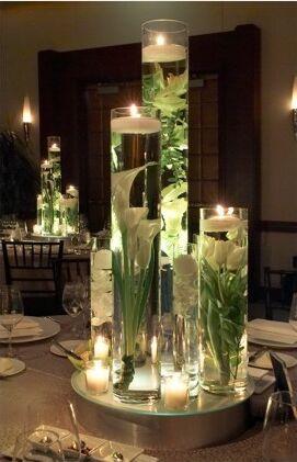 Centros florales, formados por cilindros de cristal llenos de agua.