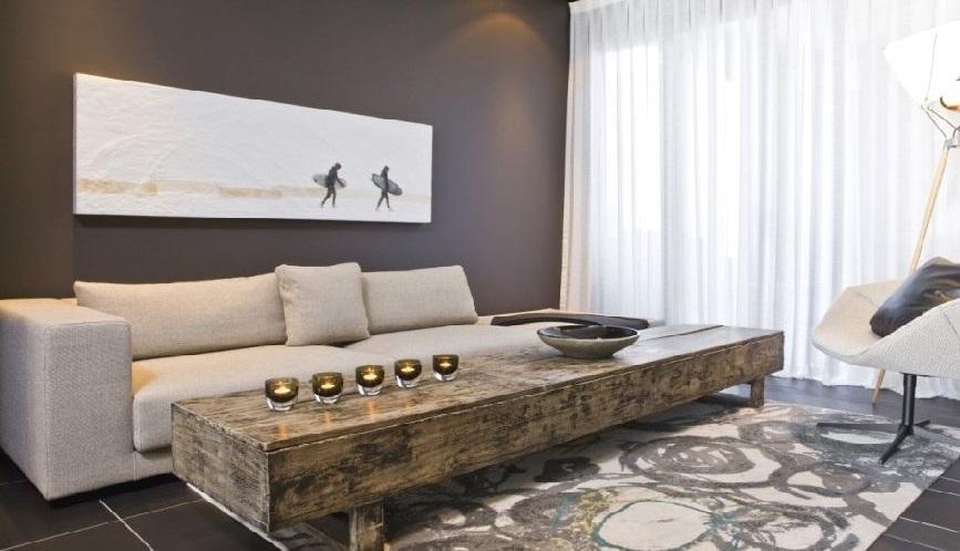 Un alargado diseño, realizado con rústicos tablones de madera lavada.
