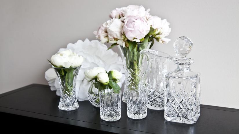 Conjunto de objetos fabricados en cristal tallado, con formas tradicionales.