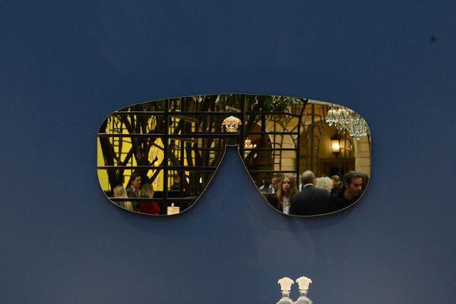 Este modelo de espejo con forma de gafas deportivas, es un diseño de la firma Versace.