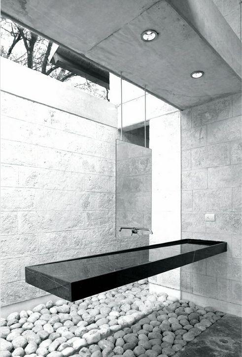 Un baño de estilo zen, donde predomina el diseño de líneas rectas.