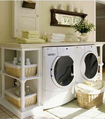 Suaves tonos beige y blancos, son los tonos predominantes en este cuarto de plancha.