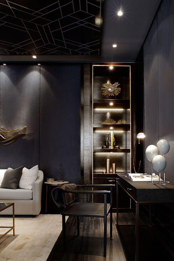 Tonos negros y grises, en este salón con un techo que luce dibujos geométricos.