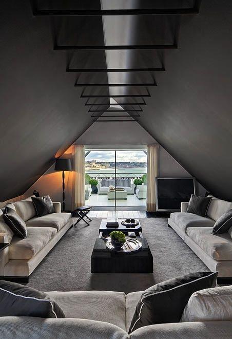 Grises oscuros, negros y tonos neutros, luce este moderno salón abuhardillado.