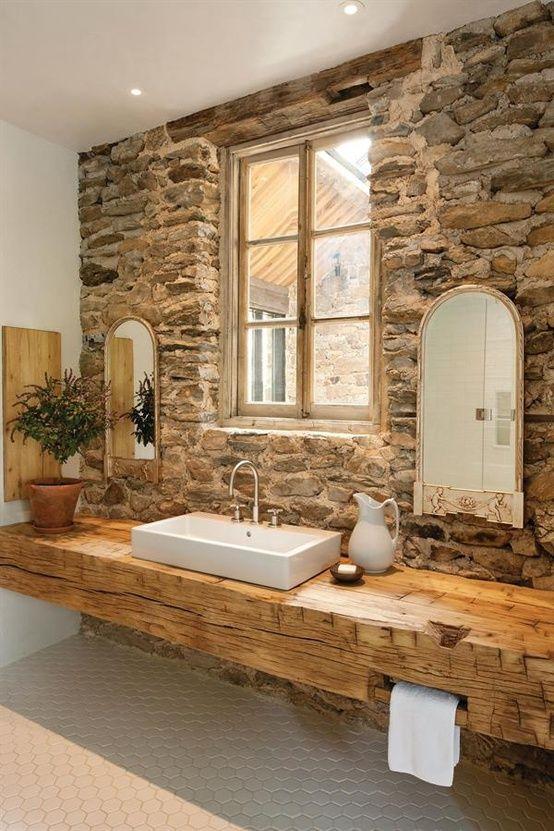 Un cuarto de baño actual, con una ecléctica mezcla de materiales.