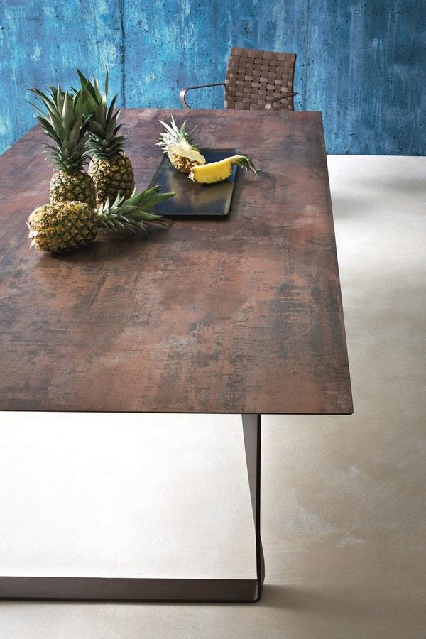 Una minimalista mesa de comedor, fabricada en acero cor-ten.