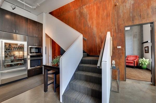 Planchas de metal, cubriendo una de las paredes de esta habitación.