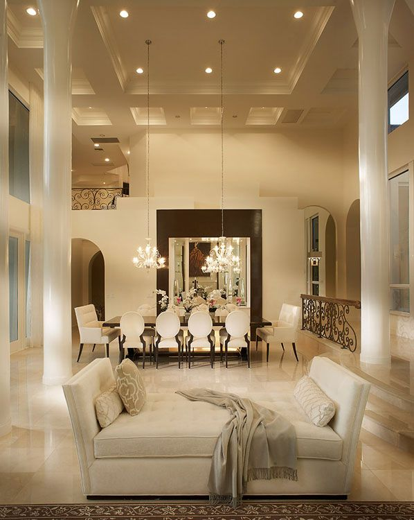 En un entorno moderno, con un techo que luce un artesonado geométrico.