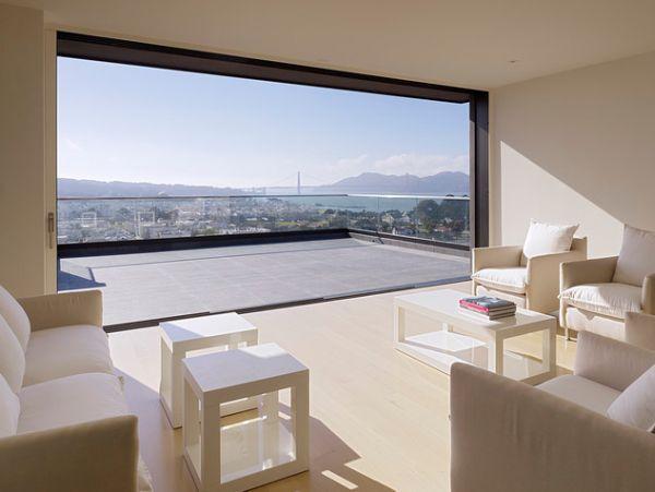 Un gran ventanal de una sola pieza, abierto a una amplia terraza.