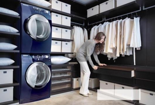 Los tonos oscuros, dominan este cuarto de lavandería moderno y práctico.