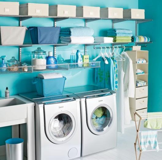 Con ligeros estantes metálicos y pintada en un vivo tono turquesa, este cuarto de lavandería.