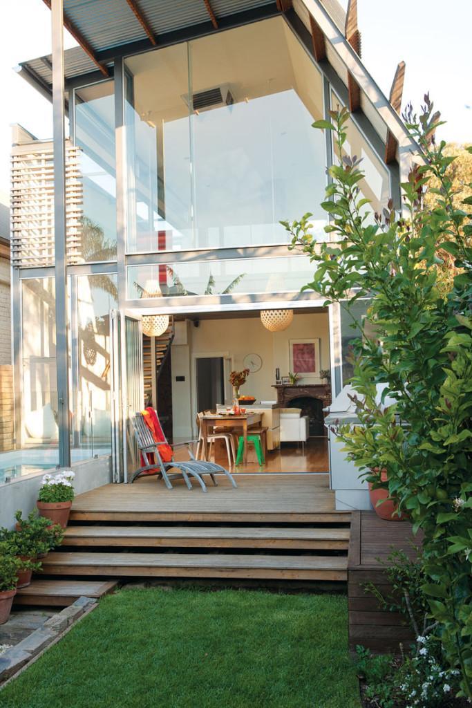 Con un interesante techo inclinado y grandes ventanales, se presenta esta original vivienda.