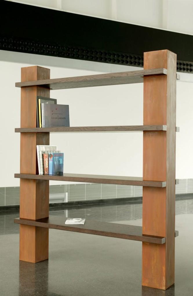 Una moderna estantería, que combina el metal oxidado y la madera de wengué.
