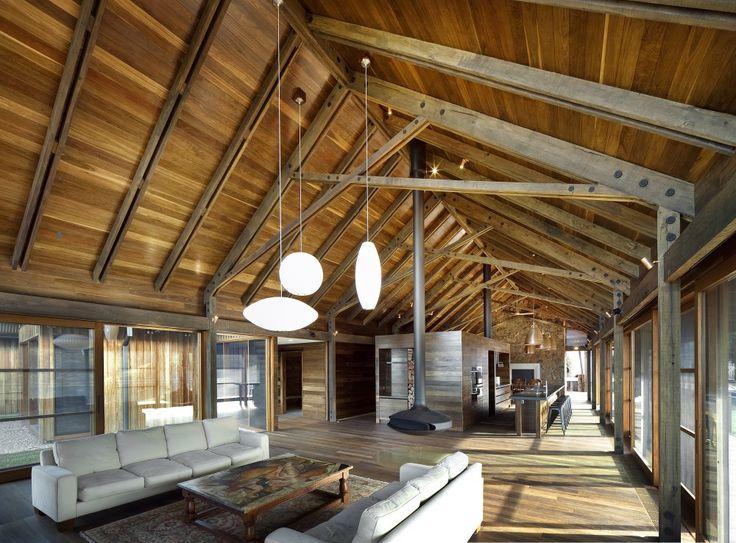 modernas vigas de madera en tono gris soportando un techo a dos aguas