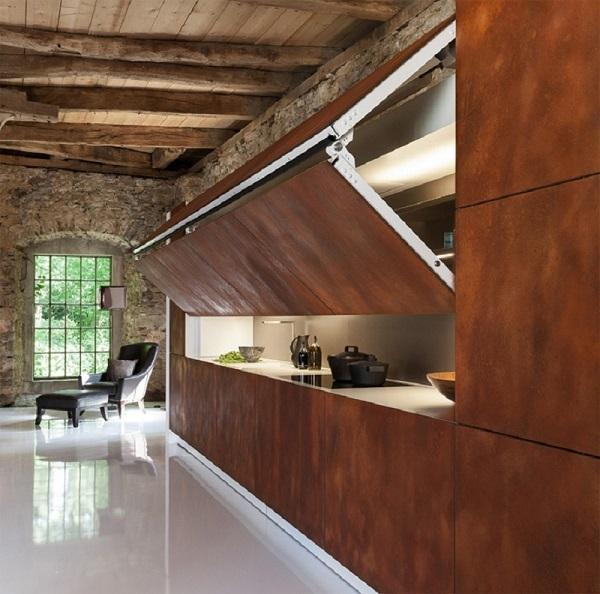 Una cocina guardada, detrás de unas puertas de acero oxidado.